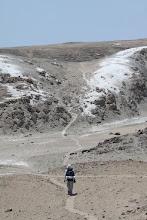 Photo: Ali caminando entre los ceniceros del desierto costero Quilca - Matarani 23-25 de Nov. (2013)