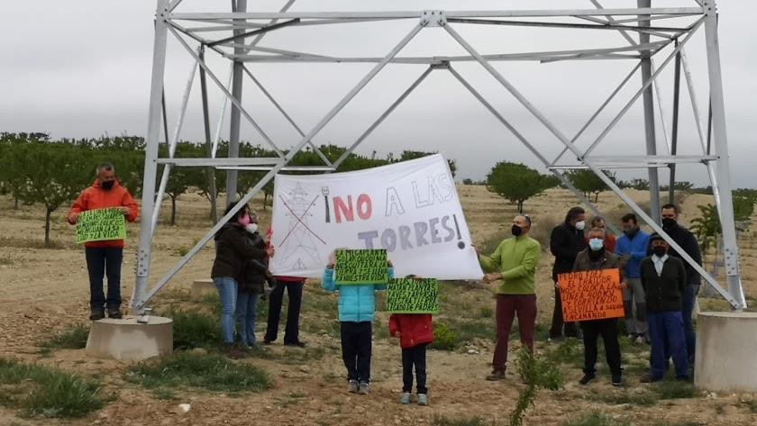 Protesta de vecinos bajo la torre eléctrica de evacuación.