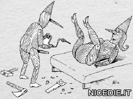 pinocchio ha costruito una pinocchia di legno e si appresta a fare il foro