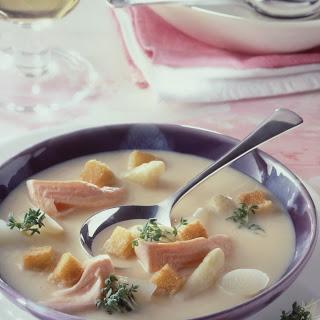 Kalte Kartoffel-Spargelsuppe mit geräucherter Forelle