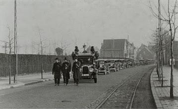 Photo: 1932 Begrafenis stoet over de Haagweg, gezien vanuit het westen met links begraafplaats Zuylen
