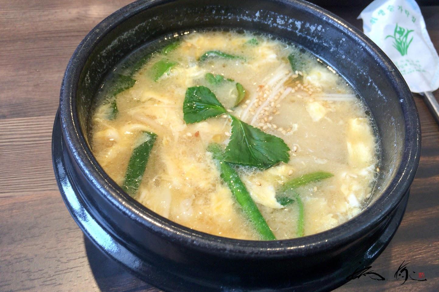 野菜と鶏肉が入った味噌味スープ