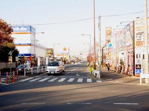Photo: 郊外店が立ち並ぶ府中街道の四車線道路。緑の多い鷹の台駅周辺とは別の街のよう。