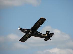 Photo: Remise de gaz pour le Pilatus, un parachutiste est en train de se poser sur la piste !