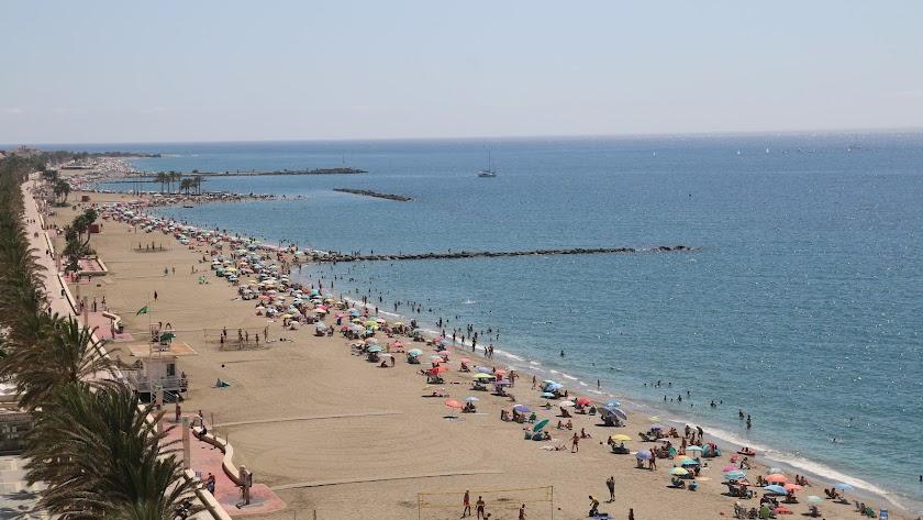 La arena de la playa de El Zapillo sigue llena de bañistas.