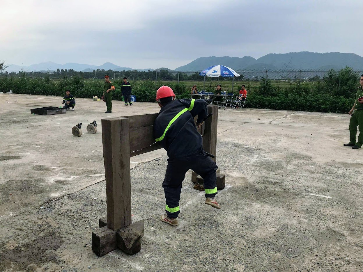 Huấn luyện vượt rào, phá tường để chữa cháy