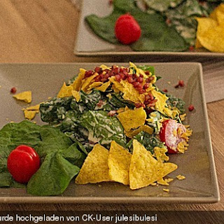 Blattspinat-Salat mit Ranch-Dressing und Nachos