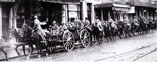Photo: Cavalerie allemande traversant une route à Bruxelles le 26 août 1914. German cavalry passing through a road in Brussels on 26 August 1914. Die deutsche Kavallerie zieht durch eine Strasse in Brüssel, 26. August 1914.
