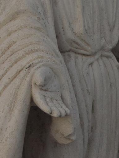 Statue originale en pierre de sainte vierge sur un tombeau familial