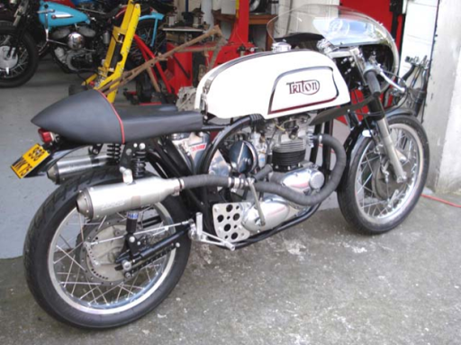 Un Triton, moteur de Triumph sur un cadre de Norton Manx, réalisé par machines et Moteurs