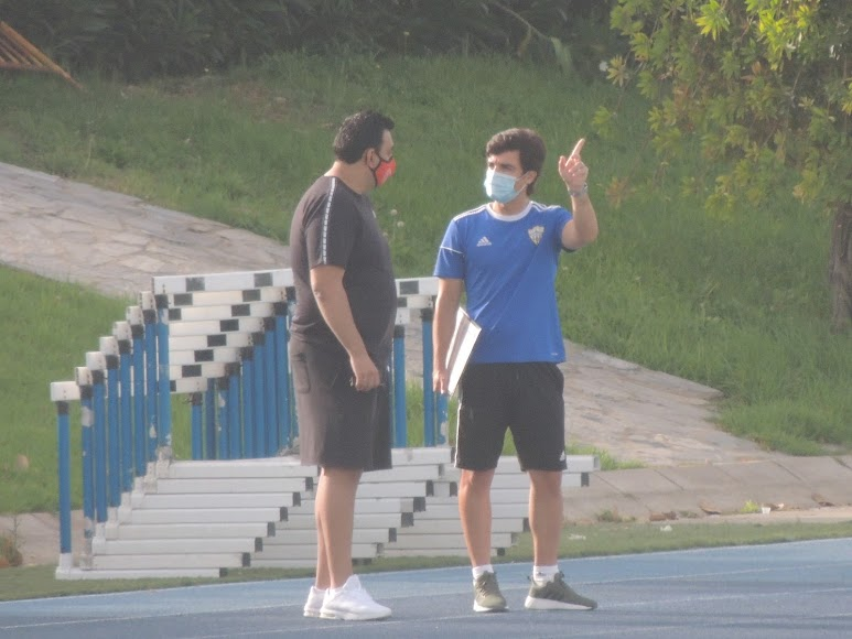 Mario Silva habla con Mohamed Adel.