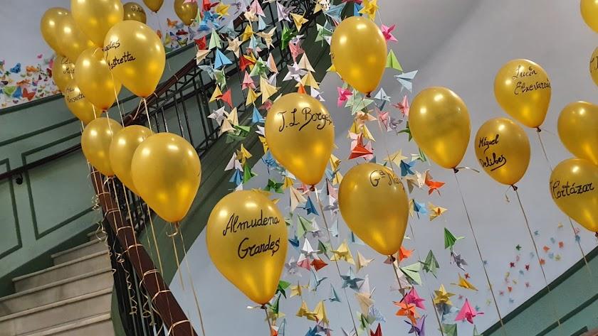 Sobrevuela la majestuosa escalera del Celia Viñas en una llamativa instalación realizada con globos de helio dorados.