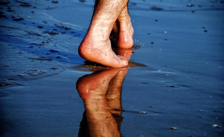 A piedi scalzi,sulla spiaggia.... di fra7000