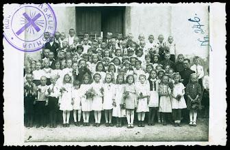 Photo: Kun. Vl. Šlevas (dešinėje) su pirmos komunijos vaikais prie Kulių bažnyčios. Fotografas nežinomas. 1941 m.