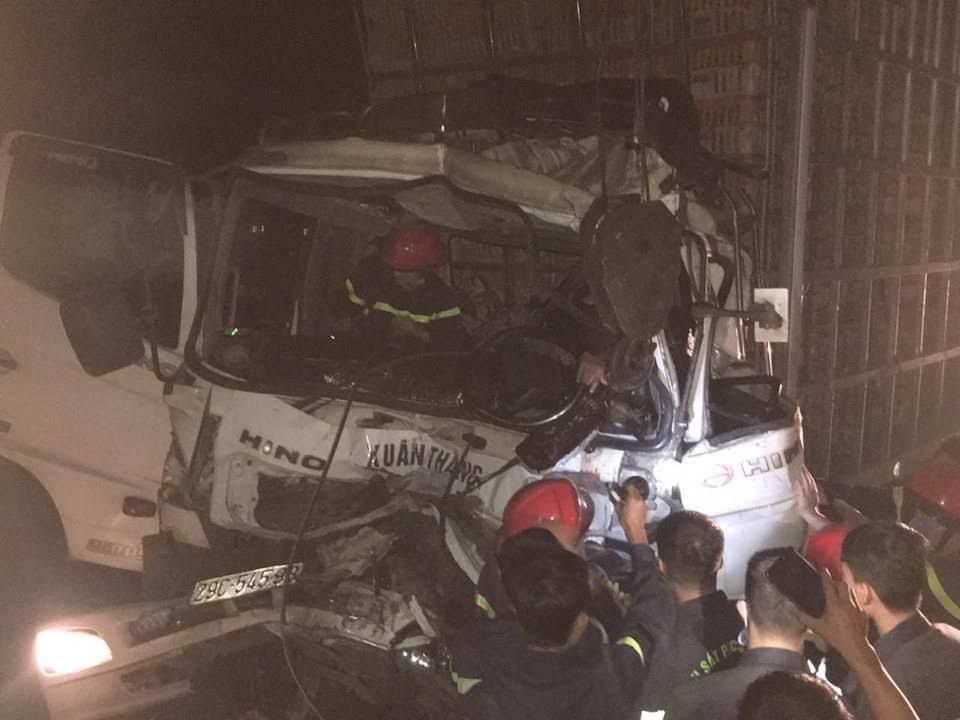 Lực lượng CNCH phá cửa, tiếp cận giải cứu tài xế bị mắc kẹt trong cabin