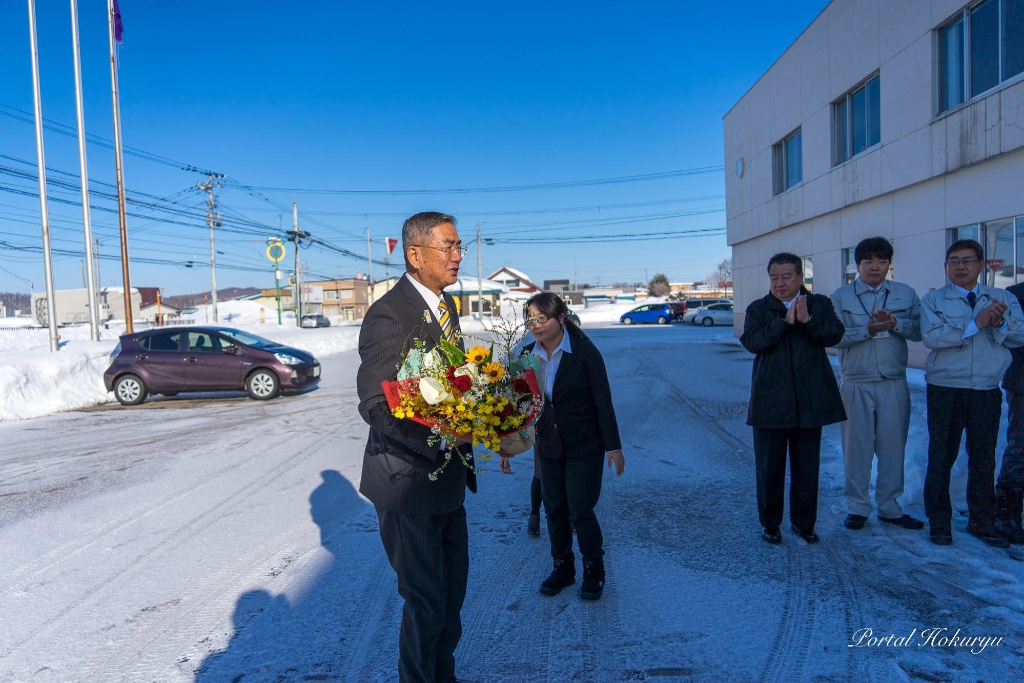 歓迎の花束を受け取る佐野町長