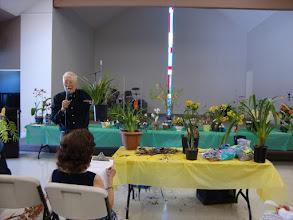 Photo: Bác Đáng bắt đầu phần đấu giá những cây lan được hội viên tặng cho hội.