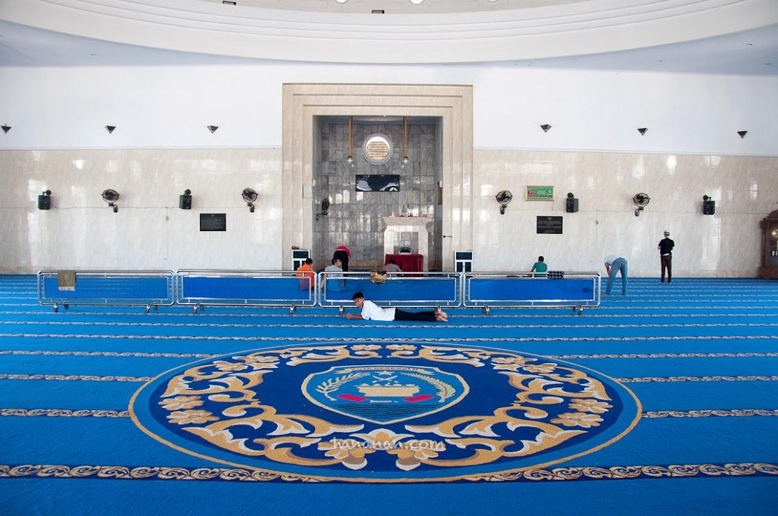 Bagian dalam Masjid Agung At-Taqwa Bengkulu.