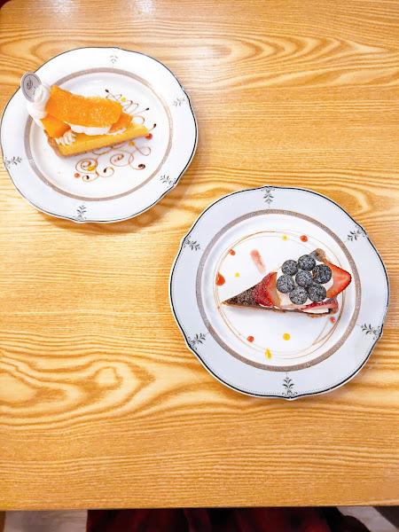 -莓果巧克力塔 -芒果優格塔 奶油清香芳醇 水果甜美厚實 但夾餡稍嫌廉價有待加強: 芒果優格餡不夠酸香, 我希望它是生乳酪的質地但是它偏稀,有點像過水的卡式達; 莓果巧克力的部分香氣跟質感 和價格不成