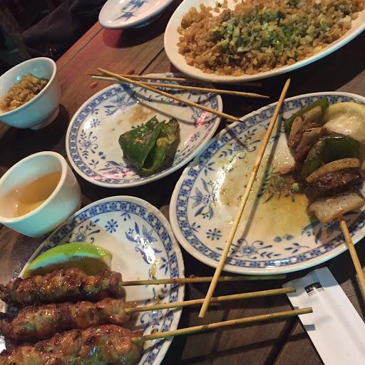 📍牛肉串 雞肉串 青椒 📍鮭魚炒飯 平價串燒店,又比一般串燒店好吃!輕氛佳!