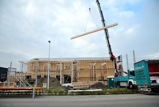 Photo: 08-11-2012 © ervanofoto En daar gaan we dan. Het eerste van de dakelementen zweeft door de lucht. Het dichten van het gebouw is begonnen.
