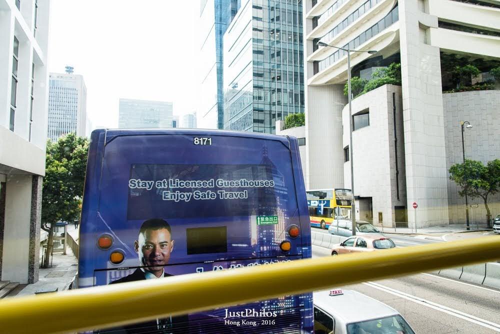 因為難得搭到雙層巴士,當然要坐貴賓座的第一排!(其實巴士開挺快的,好孩子記得繫上安全帶呦!)