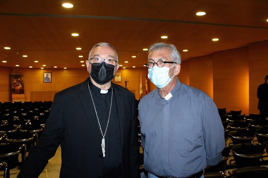 El obispo coadjutor junto al párroco de San Juan, Tomás Cano.