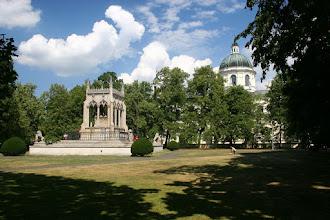 Photo: Warszawa, Wilanow, park i ogrod, 08/2006 fot. Robert Gutowski  grobowiec A. i S. Potockich