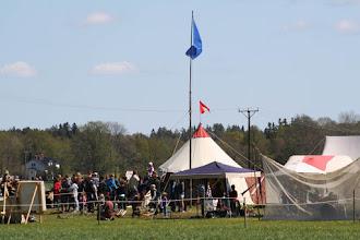 Photo: På avstånd ser vi aktiviteterna i delar av medeltidsbyn.