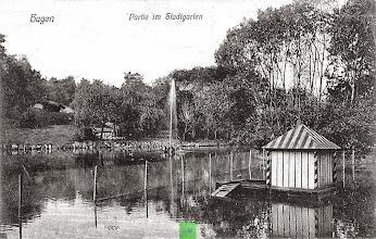 Photo: Eine im September 1909 verwendete Ansichtskarte zeigt einen Steinbruch an der Stelle des späteren Parkhauses; der ursprünglich auf einer Gewerbeausstellung gezeigte Pavillon wurde auch noch nicht aufgebaut.