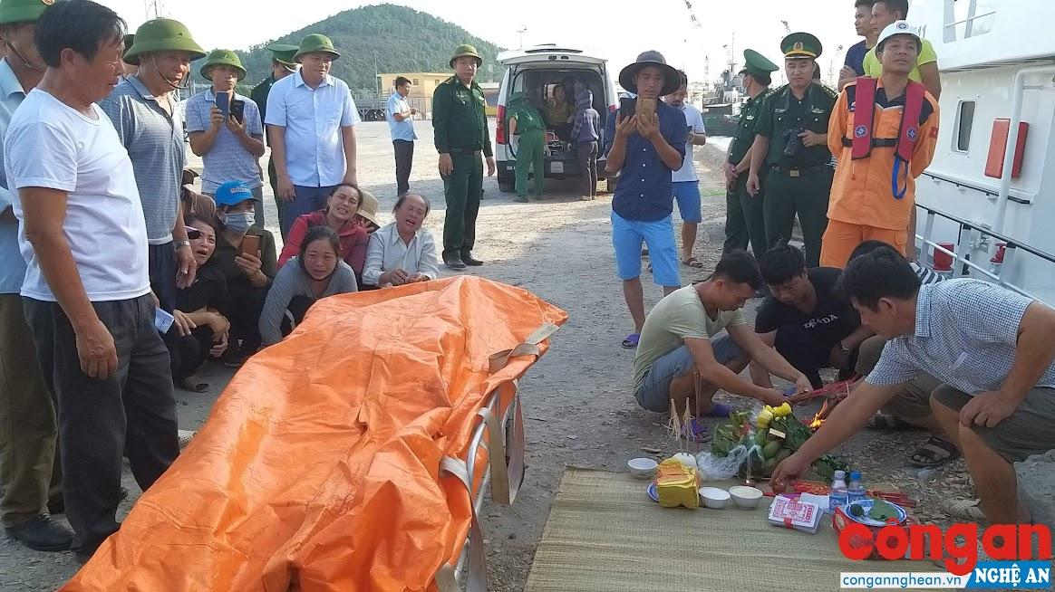 Thi thể nạn nhân Nguyễn Văn Hòa được đưa về đất liền vào chiều 30/6 - Ảnh: Hồ Hưng