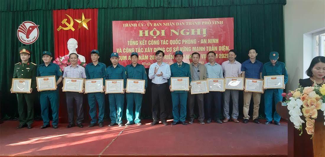 Khen thưởng cho các tập thể, cá nhân có thành tích trong công tác QP -AN trên địa bàn TP Vinh năm 2019