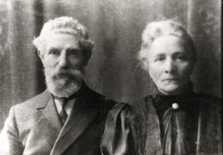 Photo: Mijn overgrootouders Tobias Snel en Antje Duinker. Beiden zijn in Amsterdam geboren (in 1843 resp. 1852), en in Blaricum overleden (in 1913 resp. 1924). De foto zal rond 1911 zijn gemaakt. In Blaricum woonden zij in bij hun kinderen. Hij was letterzetter van beroep.