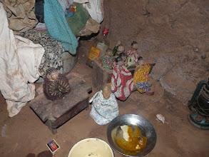 Photo: les poupées au sol représentent sa soeur jumelle Pauline, décédée au CNHU de Cotonou, quelques semaines après notre intervention.