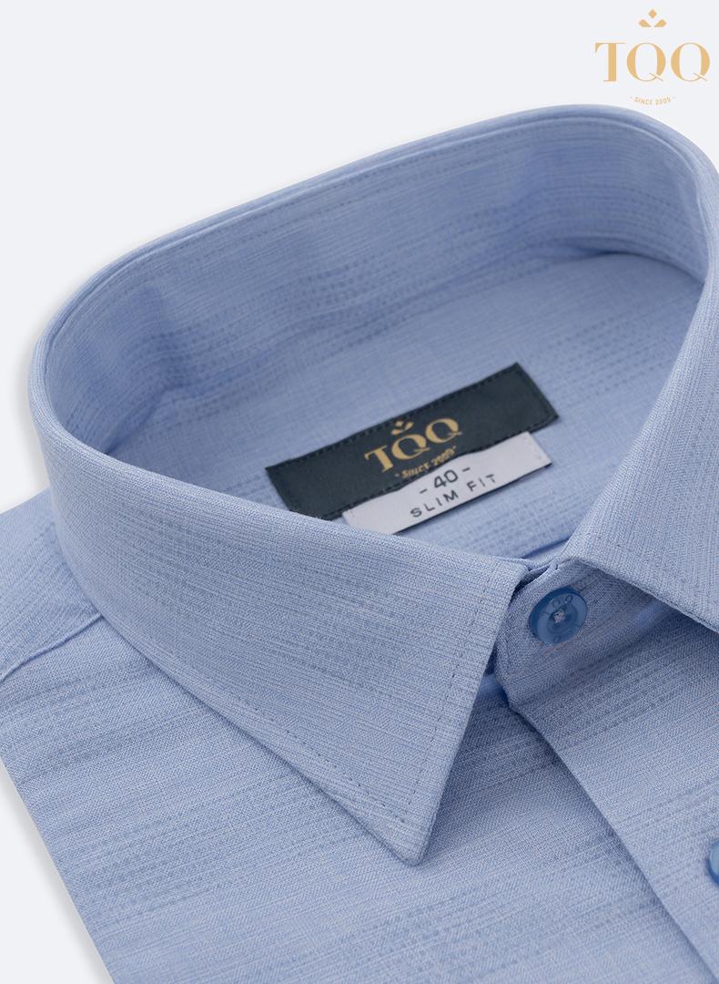Những đường vân chìm độc đáo cùng form áo slim fit ôm nhẹ giúp các chàng phóng khoáng, trẻ trung hơn