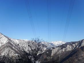 後方に白い山(猿ケ山・大門山など)
