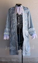 Photo: Casaca rococó de nobre em brocado azul claro com aplicação de galão bordado prata, jabot e punhos rendados. Colete rococó curto em brocado preto e prata por baixo. A partir de R$ 600,00