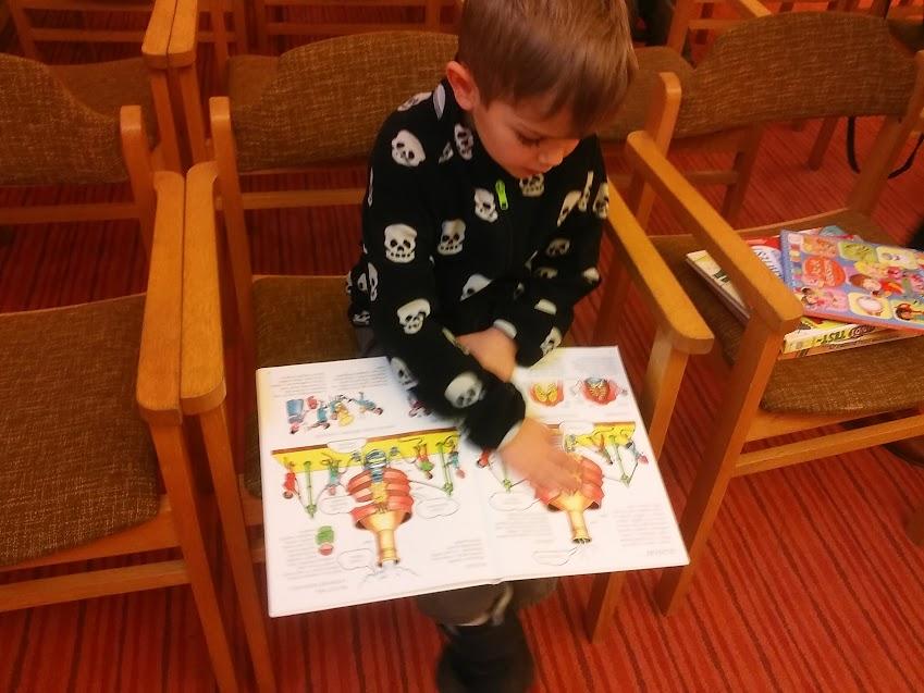 Könyvnézegető gyermek a Verseghy Könyvtárban