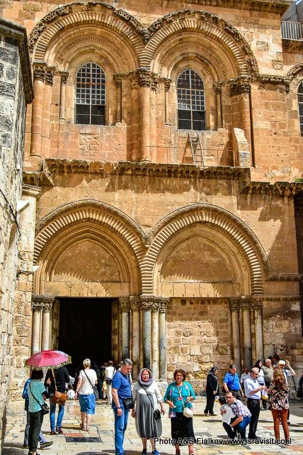 У входа в Храм Гроба Господня. Экскурсия в Иерусалиме с частным гидом.