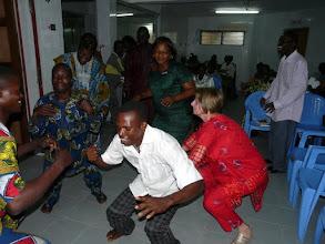 Photo: tous participeront à la danse traditionnelle, sauf le photographe !