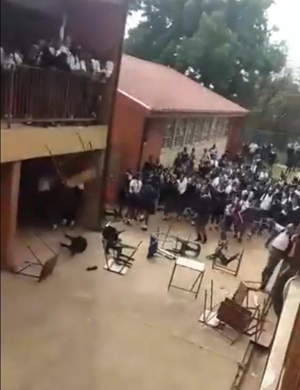 KYK | Leerlinge in Durban vaar skoolmeubels uit in protes teen die aftrede van die skoolhoof - TimesLIVE