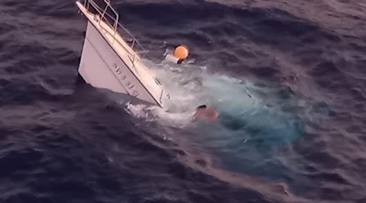 Rescatan en helicóptero a los tripulantes de un yate a la deriva en Cabo de Gata
