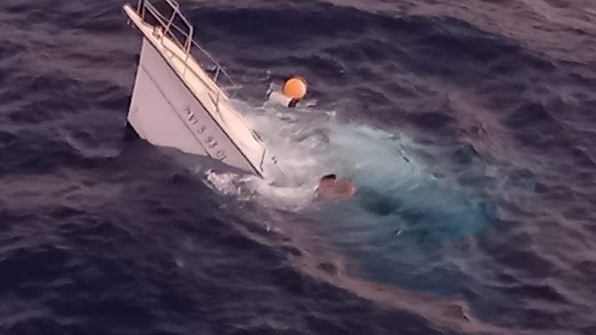 Imagen del velero hundido compartida por Salvamento Marítimo en su cuenta oficial de Twitter.