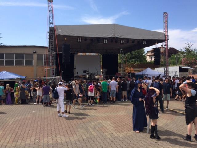 Il palco centrale inizia a popolarsi
