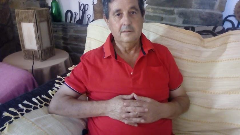 José Fernández en su casa de Velefique, donde se recupera de la operación.