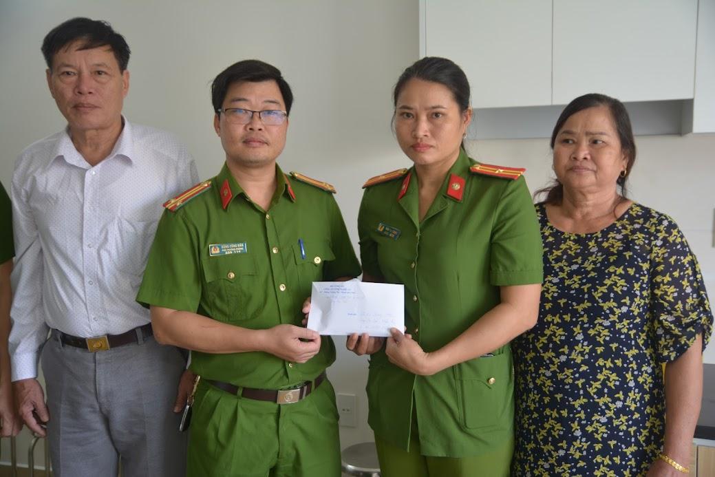Lãnh đạo phòng Cảnh sát kinh tế, Công an tỉnh Nghệ An thăm hỏi và tặng quà động viên.