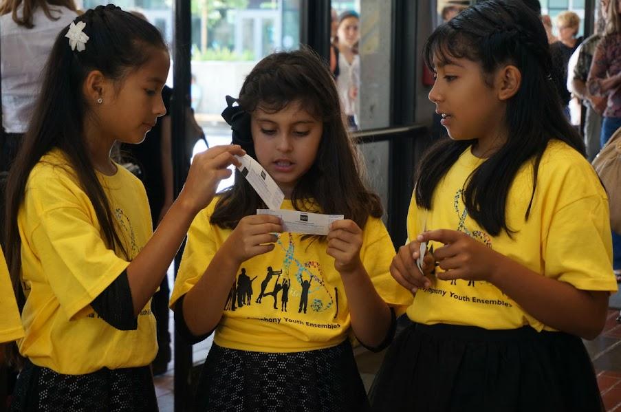 Los niños de Santa Rosa Symphony Youth Ensembles, proyecto influenciado por el modelo de El Sistema,  asistieron al  concierto de la Orquesta Sinfónica Simón Bolívar de Venezuela, dirigido por el maestro Joshua Dos Santos, en el Zellerbach Hall en Berkeley.