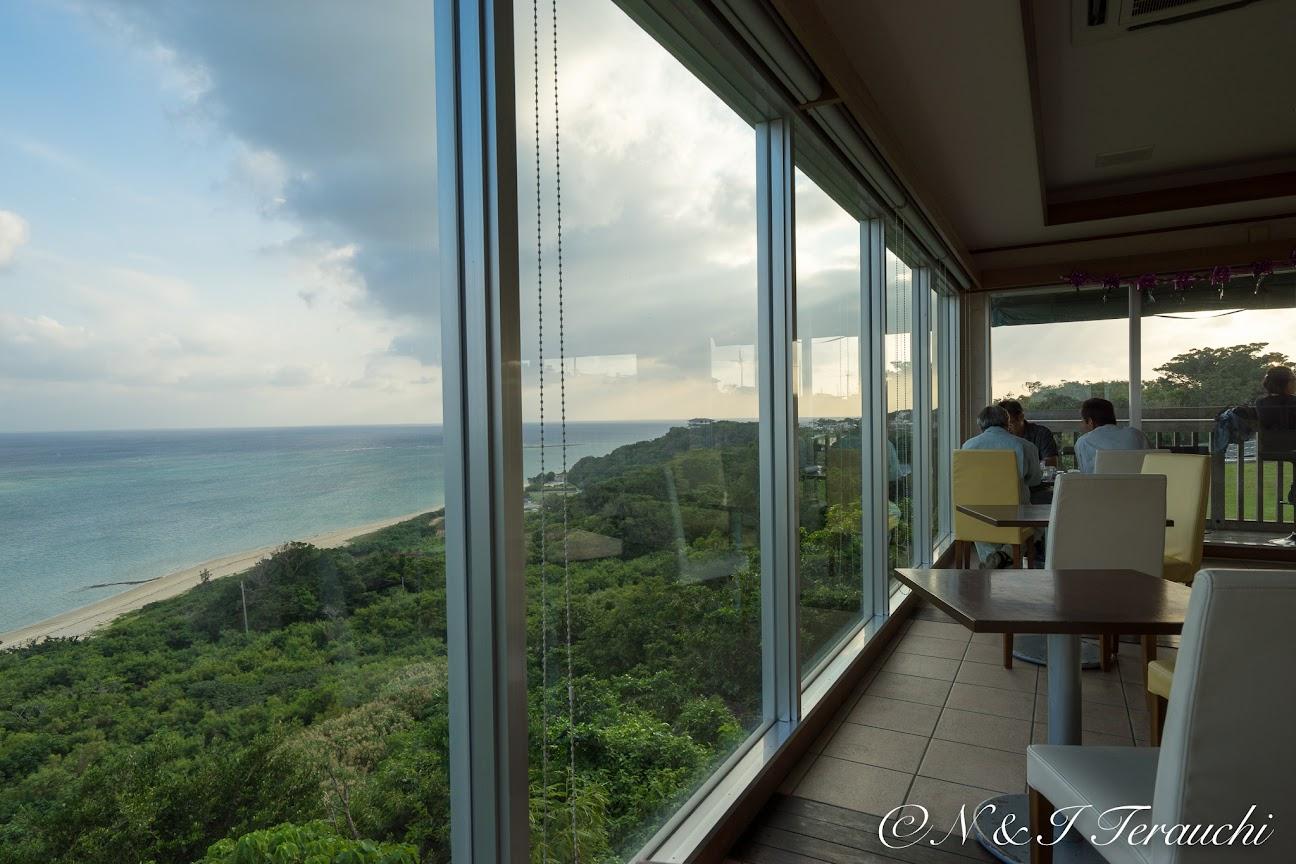 カフェの窓から望む海