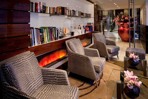 amacerto-library.jpg - Relax in the library of AmaCerto during your sailing on the Danube.