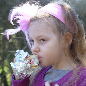 Quick lunch by Francesco Altamura - Babies & Children Children Candids ( daughter, eating, child photography, child portrait, children candids, children, lunch,  )